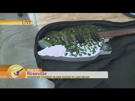 luke-bryan-guitar-1